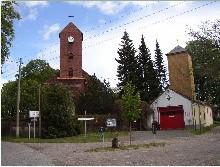 Kirche mit Feuerwehrgerätehaus